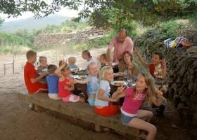 Mas Blanc in de Gard, Zuid-Frankrijk kinderen aan tafel Mas Blanc  30pluskids