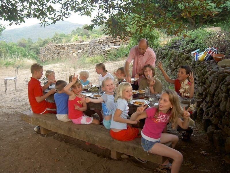 Mas Blanc in de Gard, Zuid-Frankrijk kinderen aan tafel Mas Blanc  30pluskids image gallery