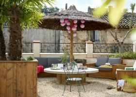 Domaine des Agnelles in de Aude, Frankrijk LOFT loungehoek buiten Domaine des Agnelles 30pluskids