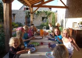 Domaine de la Porte  kinderen aan tafel Domaine de la Porte  30pluskids