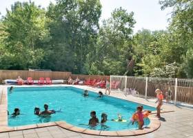 Domaine des Lilas in Saint Germain Lembron, Frankrijk zwembad Domaine des Lilas 30pluskids