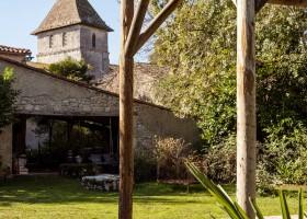 Maisons de Charme in Saint Martin de Gurson, Frankrijk tuin zicht op torentje Maison de Charme 30pluskids