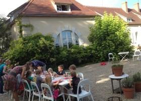 Chateau des Edelins in de Auvergne, Frankrijk kinderen aan tafel Chateau des Edelins 30pluskids