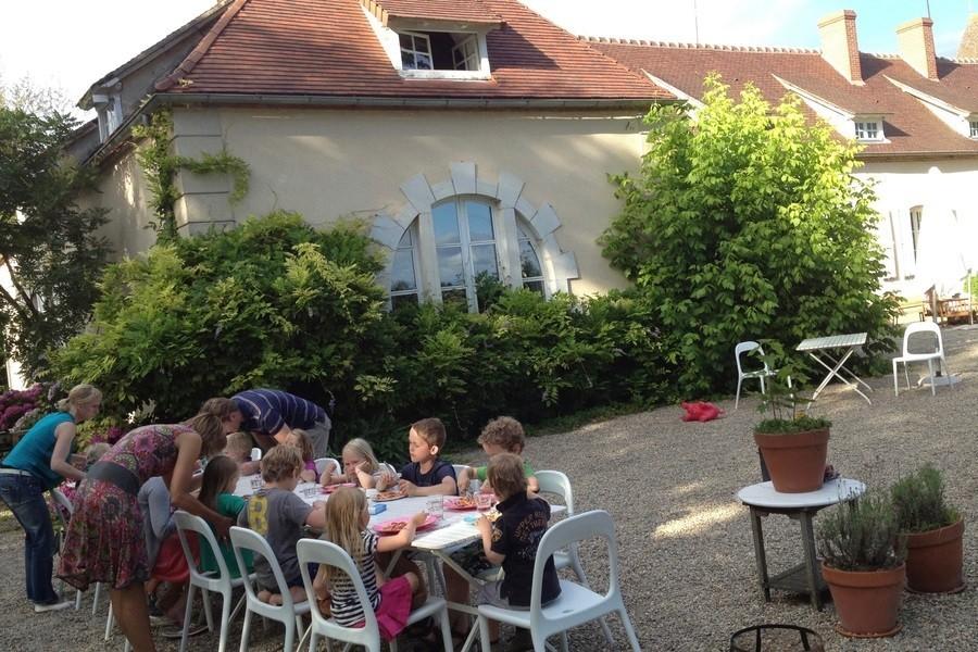 Chateau des Edelins in de Auvergne, Frankrijk kinderen aan tafel Chateau des Edelins 30pluskids image gallery