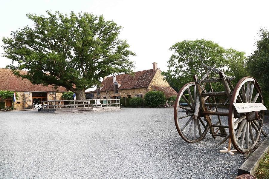 Bonneblond in de Auvergne, Frankrijk binnenplein Landgoed Bonneblond 30pluskids image gallery