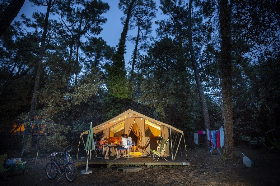 Camping Huttopia Oleron les Chênes Verts, Frankrijk tent avond Huttopia Oléron Les Chênes Verts 30pluskids image gallery