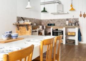Loft o Village in de Lot et Garonne, Frankrijk eettafel en keuken LO.F.T Ô VILLAGE 30pluskids