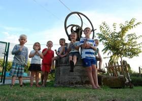 Le Petit Pauliat in de Auvergne, Frankrijk kinderen met ijsje 9 Le Petit Pauliat 30pluskids