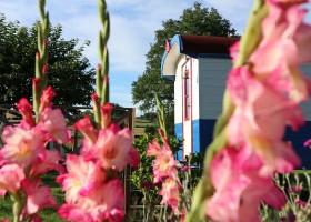 Dans le Jardin in de Bourgogne, Frankrijk Pipowagen in bloemen Dans Le Jardin 30pluskids