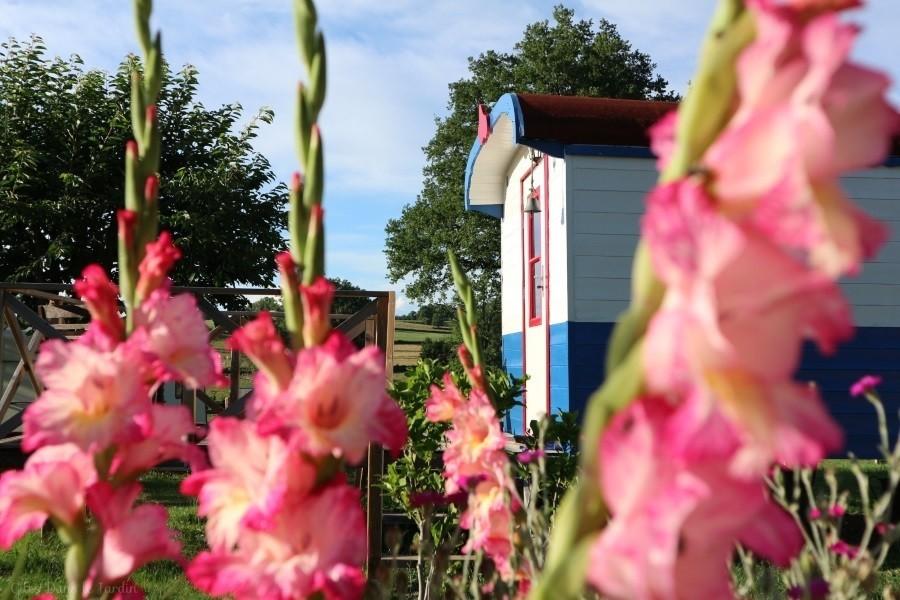 Dans le Jardin in de Bourgogne, Frankrijk Pipowagen in bloemen Dans Le Jardin 30pluskids image gallery