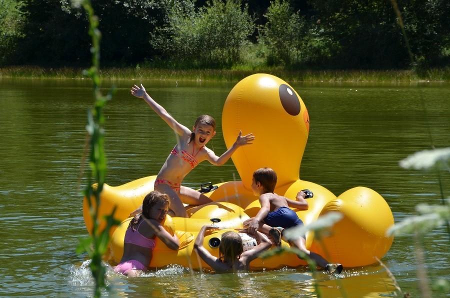 Les 3 Etangs in de Auvergne, Frankrijk kids op het meer MEIVAKANTIE