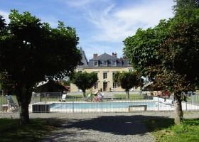 Chateau Bellegarde les Fleurs in de Haute Vienne, Limousin, Nouvelle Aquitaine, Frankrijk zwembad en kasteeltje Chateau Bellegarde les Fleurs 30pluskids