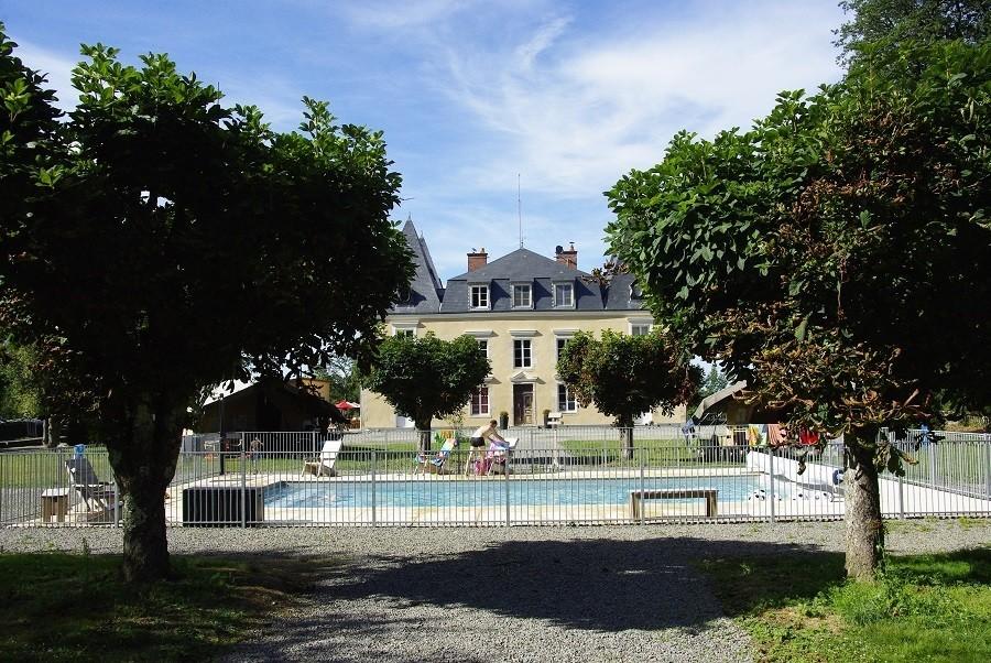 Chateau Bellegarde les Fleurs in de Haute Vienne, Limousin, Nouvelle Aquitaine, Frankrijk zwembad en kasteeltje Chateau Bellegarde les Fleurs 30pluskids image gallery