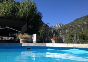 Chateau Serre Barbier in de Midi Pyrenees, Frankrijk zwembad met uitzicht Chateau Serre Barbier 30pluskids