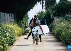 Nexo Surfhouse in Andalusie, Spanje met surfboard op de fiets NEXO Surfhouse 30pluskids