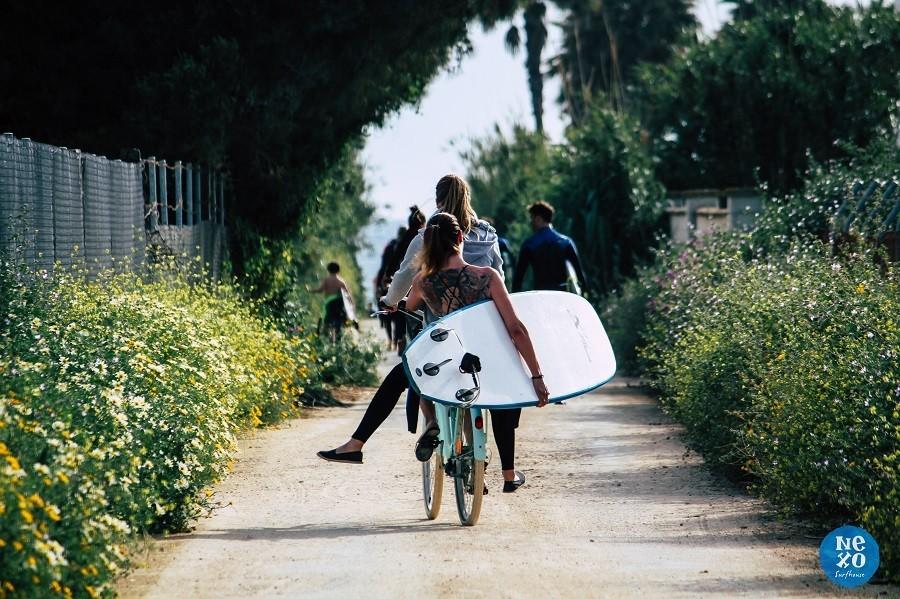 Nexo Surfhouse in Andalusie, Spanje met surfboard op de fiets NEXO Surfhouse 30pluskids image gallery
