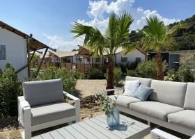 Villa Alwin Beach Resort in Cupra Marittima, Italie terras met palmbomen Villa Alwin Beach Resort 30pluskids