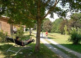 Ambiance in Frankrijk loungen bij huisje Camping Ambiance 30pluskids