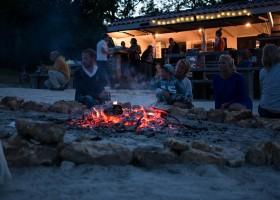 La Parenthese Camping Les Ormes in de Lot-et-Garonne, Frankrijk kampvuur La Parenthèse – Camping Les Ormes  30pluskids