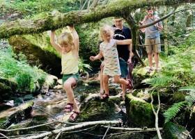 Moulin de Lacombe in Saint Geniez O'Merle, Frankrijk kindjes wandelen in beekje Moulin de Lacombe 30pluskids