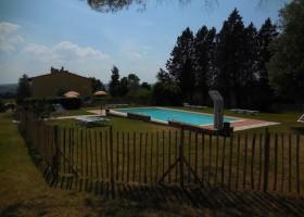 Partingoli in Toscane, Italie zwembad met hek.1 Piazza Pinokkio 30pluskids