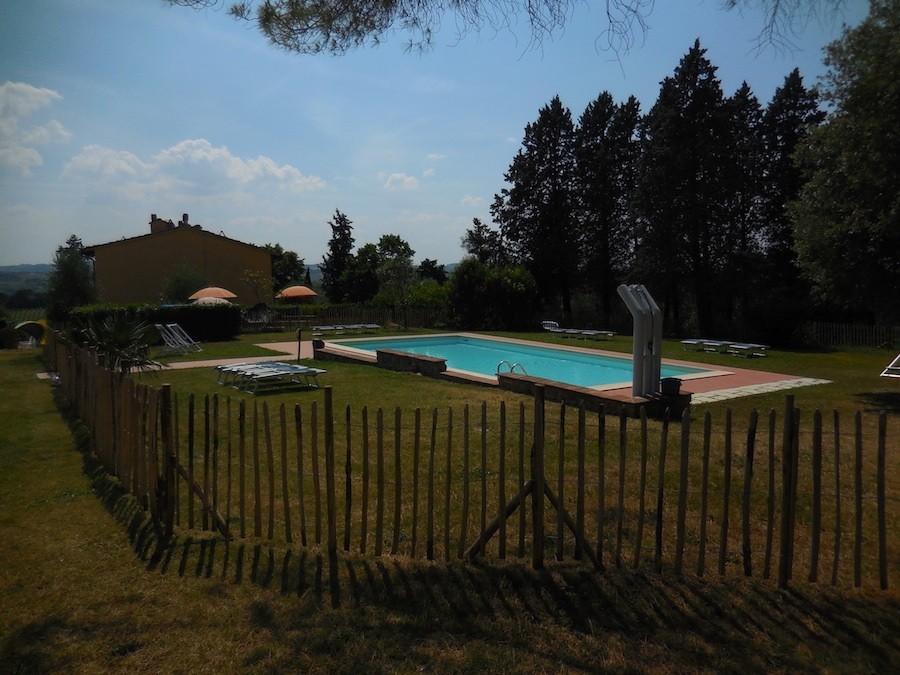 Partingoli in Toscane, Italie zwembad met hek.1 Piazza Pinokkio 30pluskids image gallery
