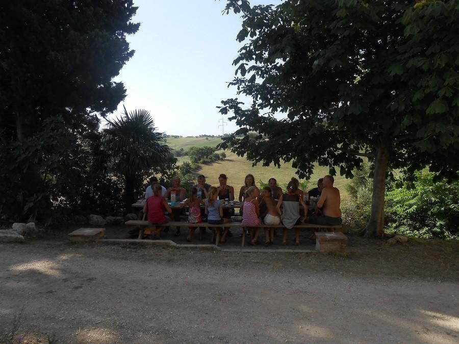 HuisopdeHeuvel in Le Marche, Italie met z'n allen aan tafel Huisopdeheuvel  30pluskids image gallery