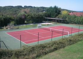 Domaine de Montsalvy in de Lot Frankrijk tennisbaan Domaine de Montsalvy 30pluskids