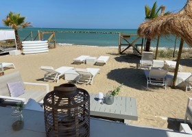 Villa Alwin Beach Resort in Cupra Marittima, Italie ligstoelen bij terras Villa Alwin Beach Resort 30pluskids