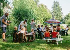 Camping La Nozilliere in de Haute Vienne vlakbij de Dordogne, Frankrijk kinderen eten Camping La Nozillière  30pluskids
