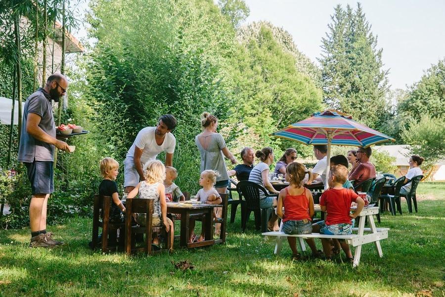 Camping La Nozilliere in de Haute Vienne vlakbij de Dordogne, Frankrijk kinderen eten Camping La Nozillière  30pluskids image gallery