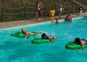 Countryhouse Montesoffio in Le Marche, Italie krokodillenrace in zwembad Country house Montesoffio 30pluskids