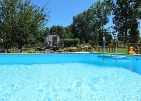 Dans le Jardin in de Bourgogne, Frankrijk Zwembad bij Pipowagen Dans Le Jardin 30pluskids