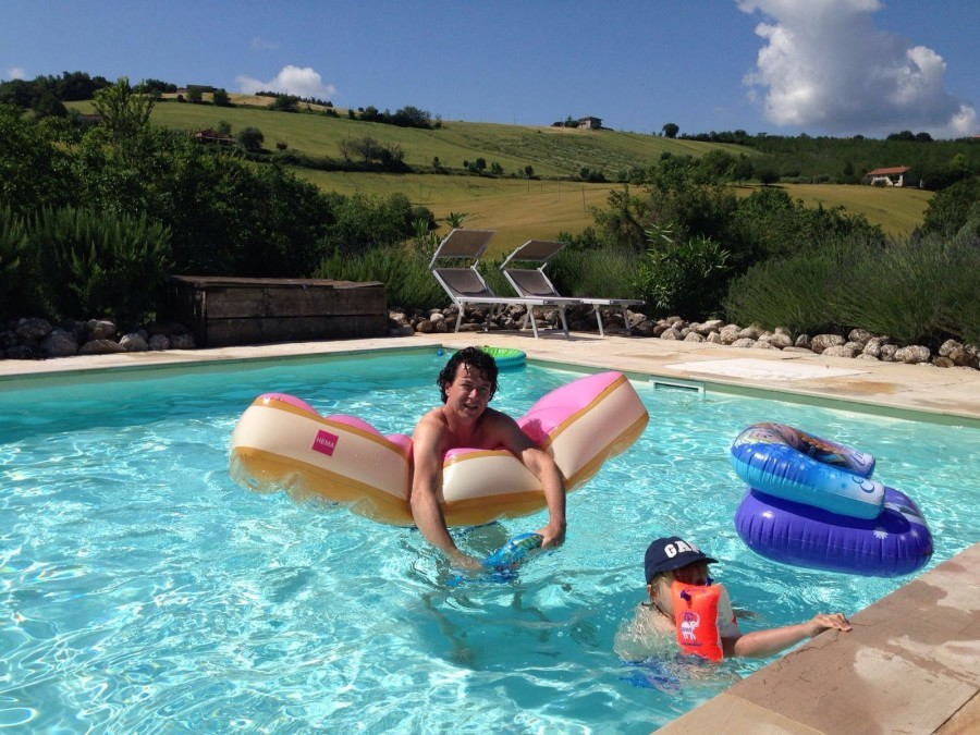 Charme delle Marche vader en zoon in zwembad.jpg Charme delle Marche 30pluskids image gallery