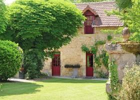 Le Pavillon de St Agnan in de Dordogne, Frankrijk tuin met gras Le Pavillon de St. Agnan 30pluskids