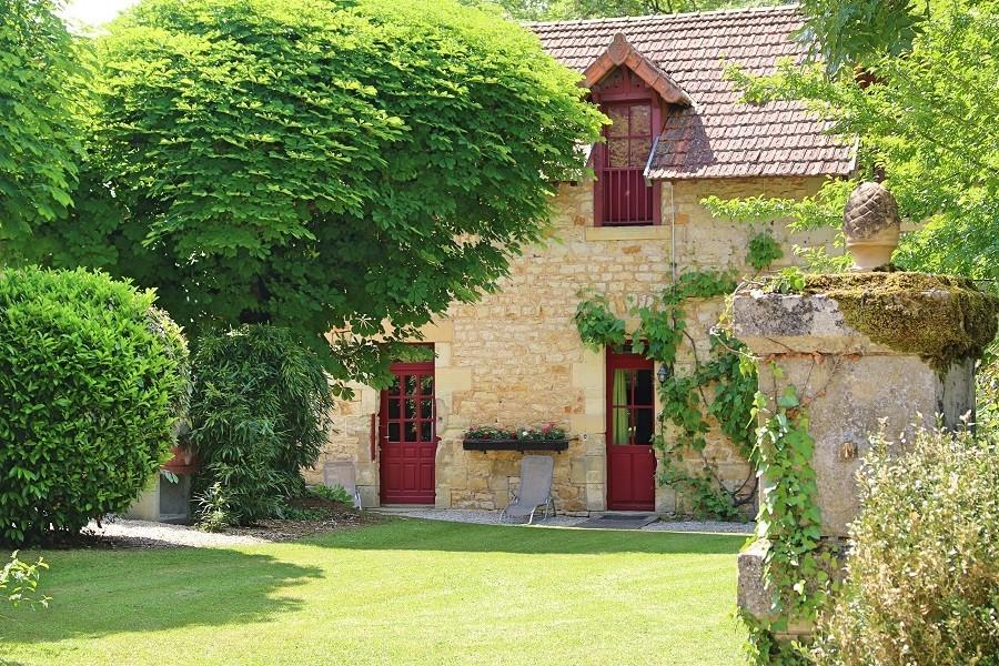 Le Pavillon de St Agnan in de Dordogne, Frankrijk tuin met gras Le Pavillon de St. Agnan 30pluskids image gallery