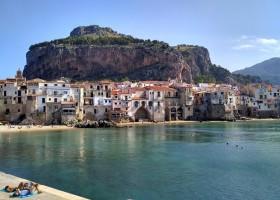Travelnauts rondreis Sicilie italië-cefalu-kust-rots-strand Rondreis Sicilië 30pluskids