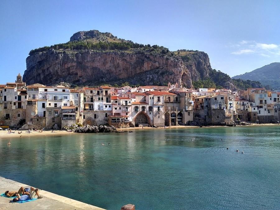Travelnauts rondreis Sicilie italië-cefalu-kust-rots-strand Rondreis Sicilië 30pluskids image gallery