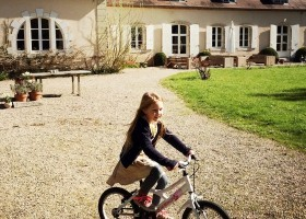 Chateau des Edelins in de Auvergne, Frankrijk kind op fiets Chateau des Edelins 30pluskids