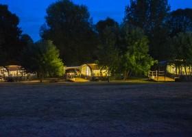 Camping Vallee de Lignac in Lignac, Frankrijk Vlondertenten in de avond Camping Vallée de Lignac 30pluskids
