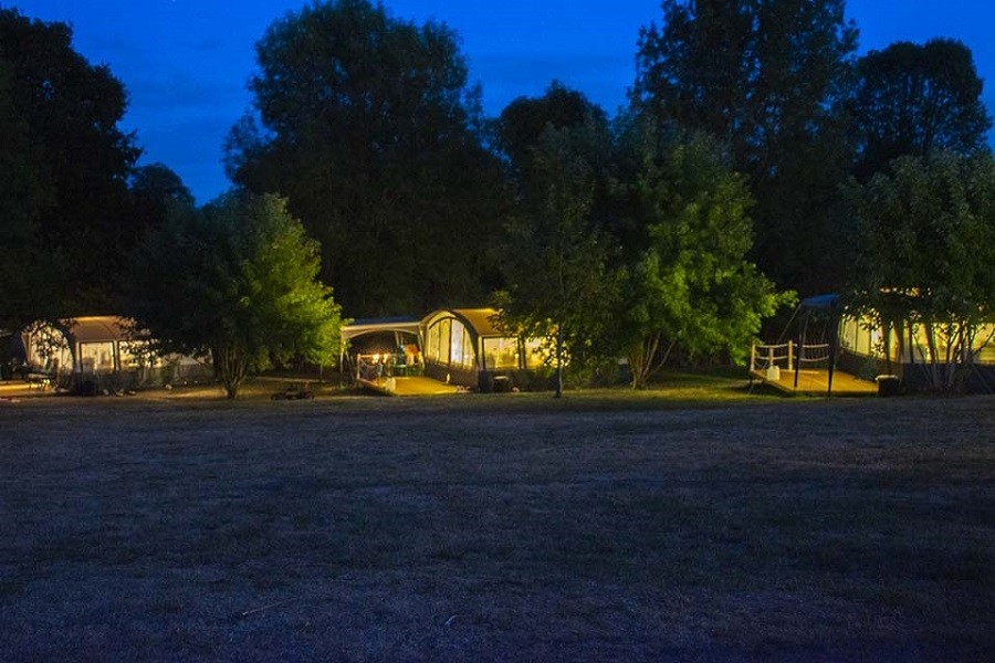 Camping Vallee de Lignac in Lignac, Frankrijk Vlondertenten in de avond Camping Vallée de Lignac 30pluskids image gallery