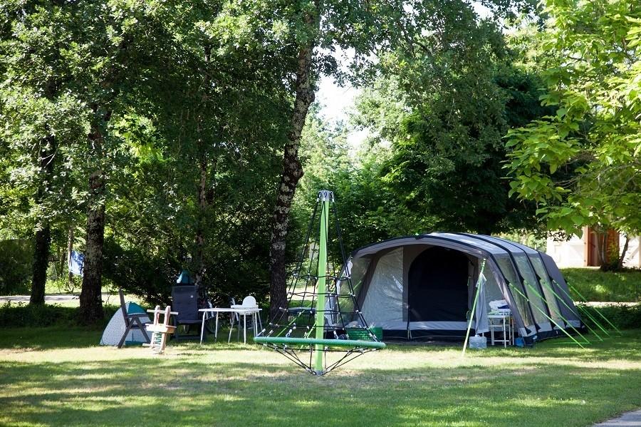 Camping Le Clou in Coux et Bigaroque-Mouzens, Frankrijk klimspin met tent Camping Le Clou 30pluskids image gallery