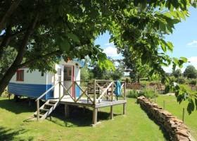 Dans le Jardin in de Bourgogne, Frankrijk Pipowagen in groene tuin Dans Le Jardin 30pluskids