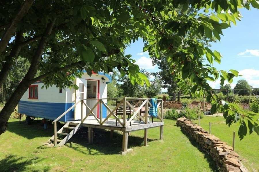Dans le Jardin in de Bourgogne, Frankrijk Pipowagen in groene tuin Dans Le Jardin 30pluskids image gallery