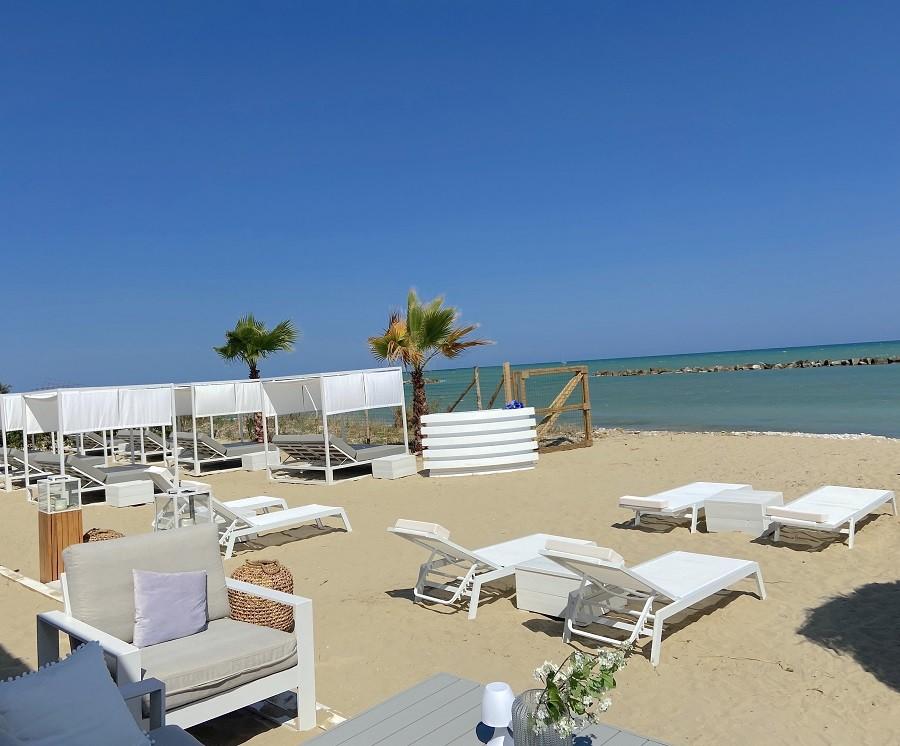 Villa Alwin Beach Resort in Cupra Marittima, Italie fijne ligstoelen Villa Alwin Beach Resort 30pluskids image gallery