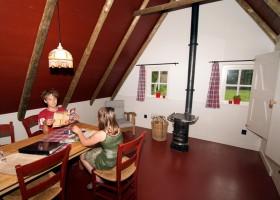 D'Olde Kamp in Drenthe, Nederland kinderen in plaggenhut d'Olde Kamp recreatie 30pluskids