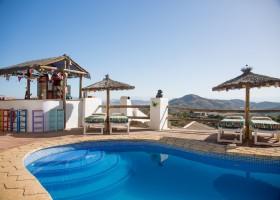 Hacienda Guaro Viejo terrein zwembad met bar kl.jpg Hacienda Guaro Viejo 30pluskids