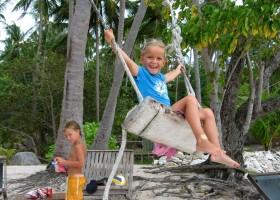 Riksja Family rondreis Thailand Koh Samui - schommelen op het strand Riksja Family Thailand 30pluskids
