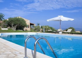 Tritte Case in Sardegna Borgo Corallo uitzicht vanuit zwembad Borgo Corallo 30pluskids