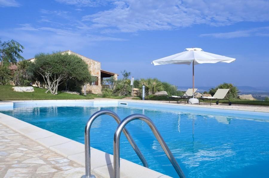 Tritte Case in Sardegna Borgo Corallo uitzicht vanuit zwembad Borgo Corallo 30pluskids image gallery